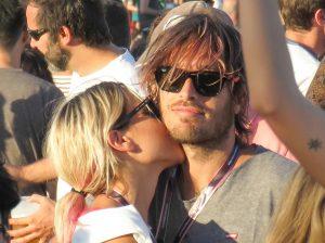Ana Fernández y Adri Roma se comen a besos en el Mad Cool