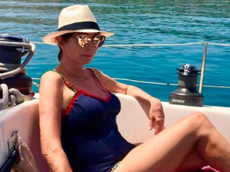 Ana Rosa Quintana en compañía de delfines durante sus vacaciones