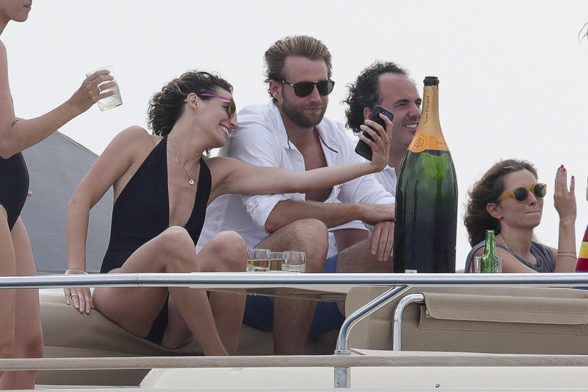 el-grupo-rego-la-jornada-con-una-botella-de-champan-gigante