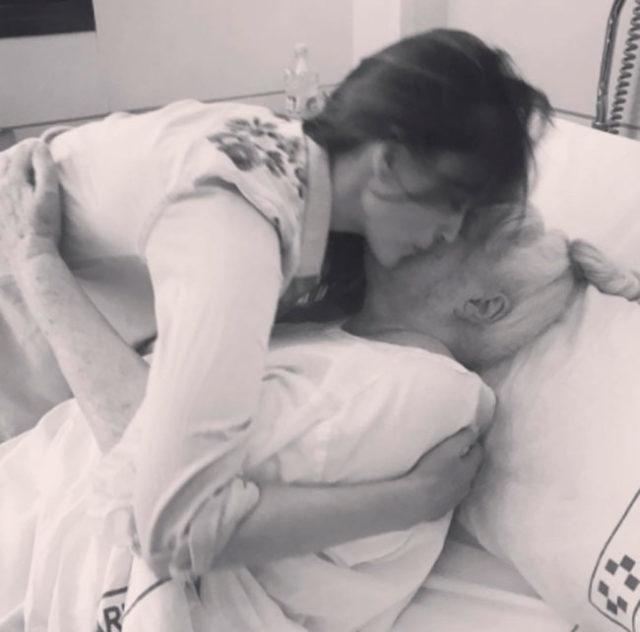 un-dificil-momento-en-2017-cuando-la-madre-de-helen-tuvo-un-problema-de-salud-del-que-afortunadamente-se-recupero