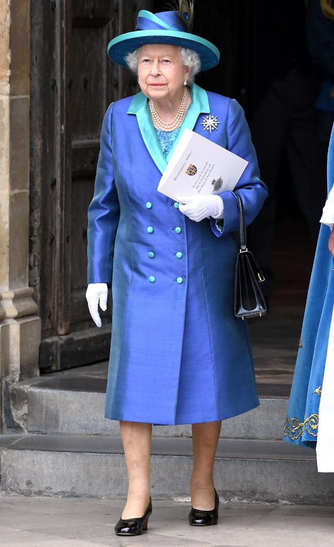 la-reina-isabel-ii-con-un-look-azul-klein