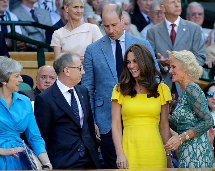 la-duquesa-de-cambridge-tomo-asiento-junto-a-la-primera-ministra-inglesa-theresa-may
