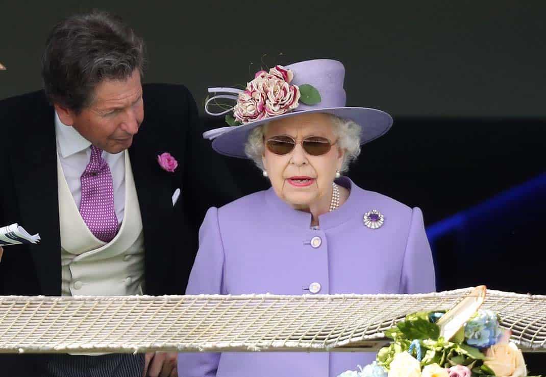 1b73227f27 1La reina Isabel de Inglaterra también saca las suyas cuando hace mucho sol