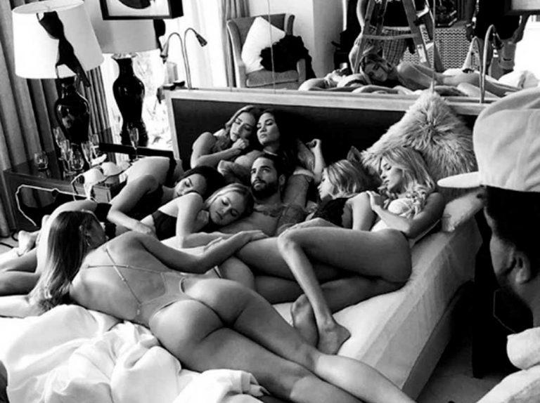 Maluma, acusado de machista por meterse en una cama con siete mujeres