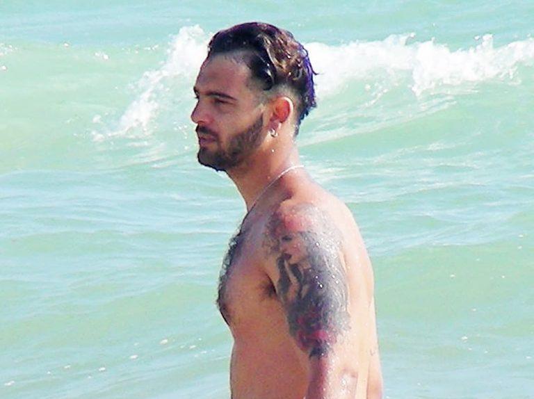 Manuel Cortés, relax en la playa ajeno a los problemas de su madre