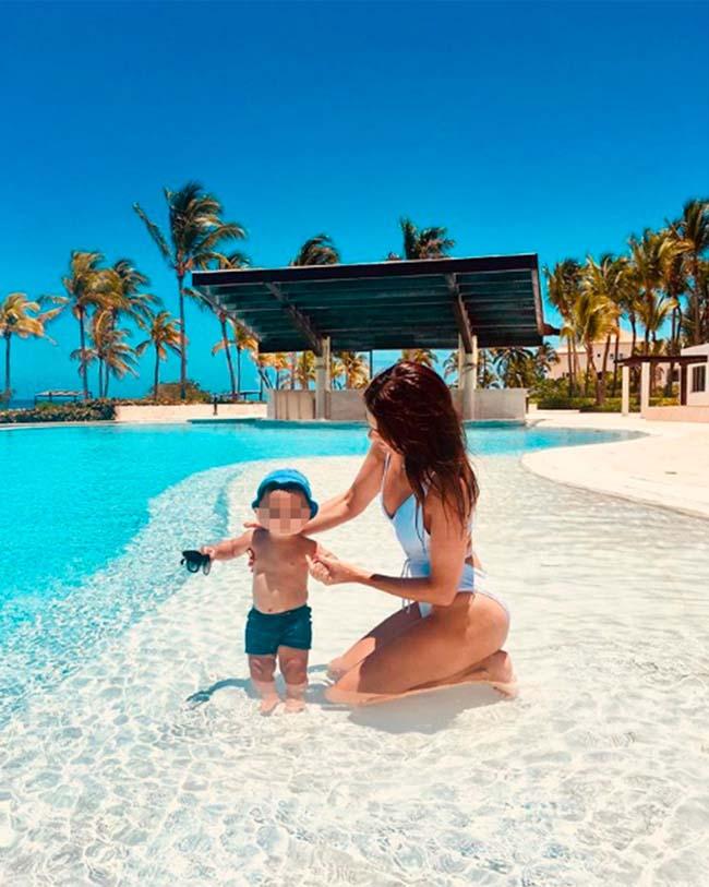 sin-haber-cumplido-un-ano-el-bebe-ya-se-ha-banado-en-playas-paradisiacas
