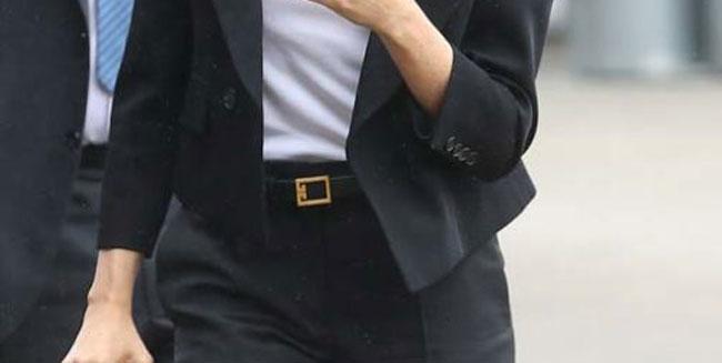 cinturon-de-cuero-negro-y-hebilla-de-oro-de-givenchy-400-euros