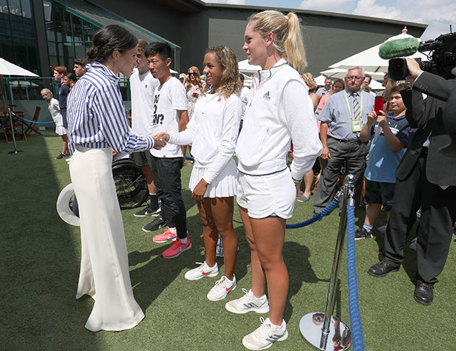 la-duquesa-de-sussex-lucio-un-pantalon-blanco-estilo-palazzo