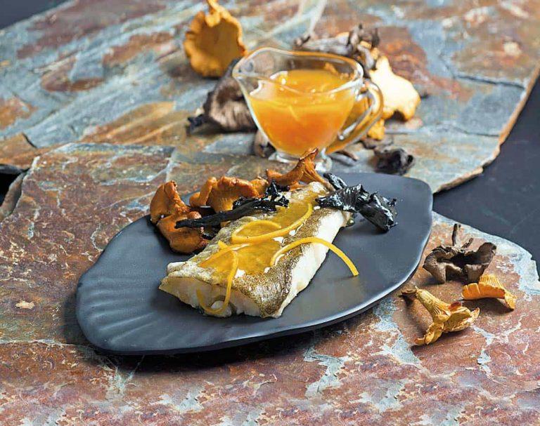 Lomos de bacalao con salsa de naranja y setas