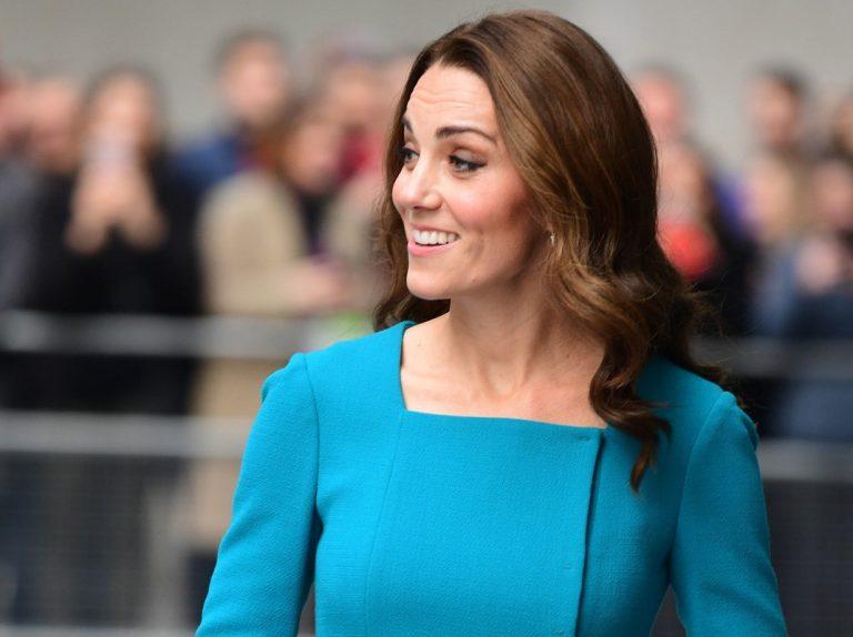 Kate reaparece radiante de azul contra el ciberbulling