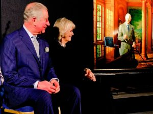 Carlos y Camilla se quedan con esta cara ante el nuevo retrato del Príncipe
