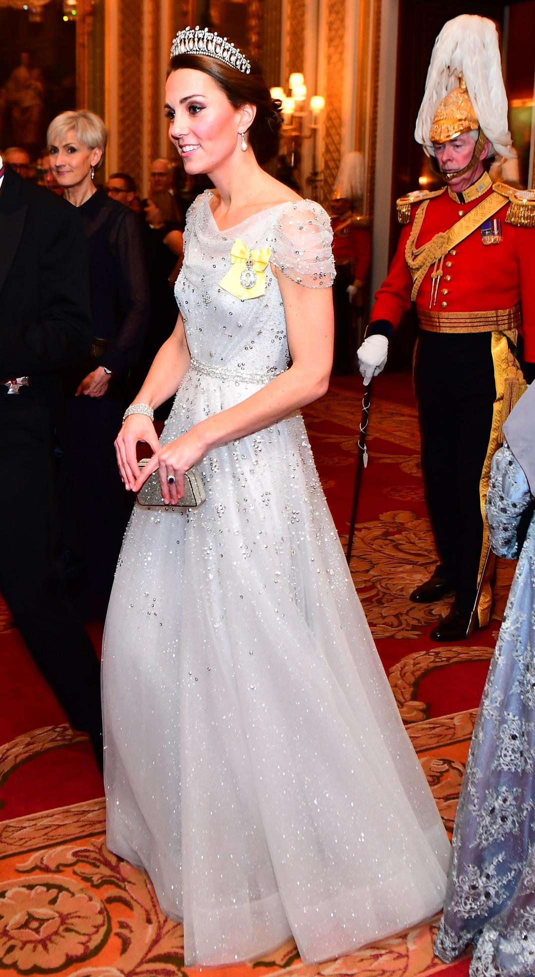 dfa4c3568d La esposa del príncipe Guillermo de Inglaterra acudió bellísima con un  vestido de gasa bordado con cristales de Jenny Packham