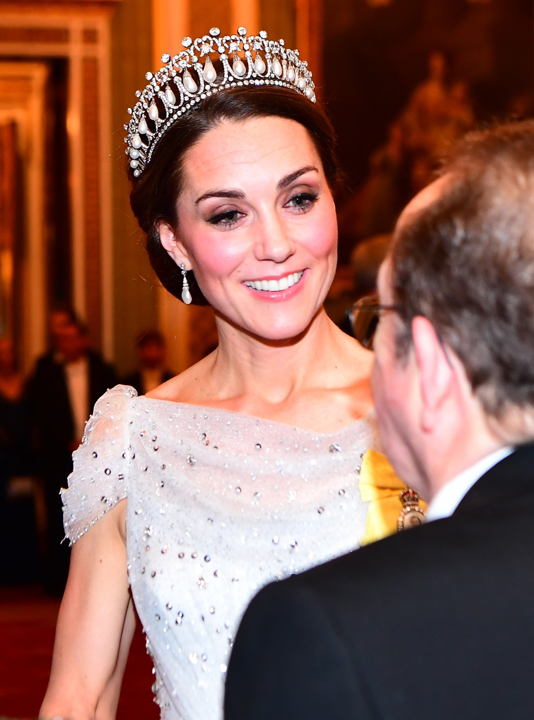 a20d8b2fe2 El toque final lo dio con la tiara  la llamada Lover s Knot (Nudo del  Amante) o Tiara Cambridge. Con esta elección Kate prácticamente establece  otra ...