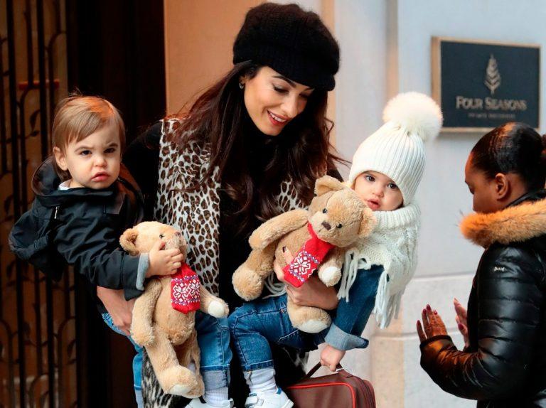 Amal Clooney enseña por primera vez la cara de sus hijos