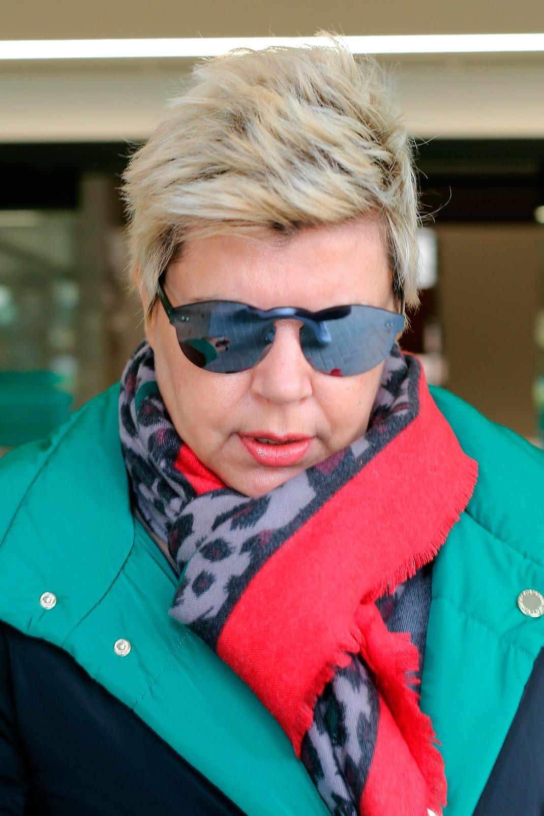 1f59dd678a Además, Terelu Campos ha preferido esconderse detrás de sus gafas de sol.  Ha optado por una bufanda al cuello y un abrigo de plumón para resguardarse  así de ...