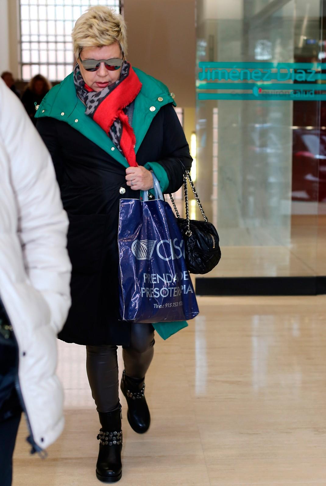 c3e92b7c58 A la salida del hospital, Terelu Campos salía con una bolsa en la que se  podía leer prendas de presoterapia. Se tratan de aquellas vendas que actúan  ...