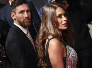 Antonella Roccuzzo roba todas las miradas con su escote en la gran noche de Messi
