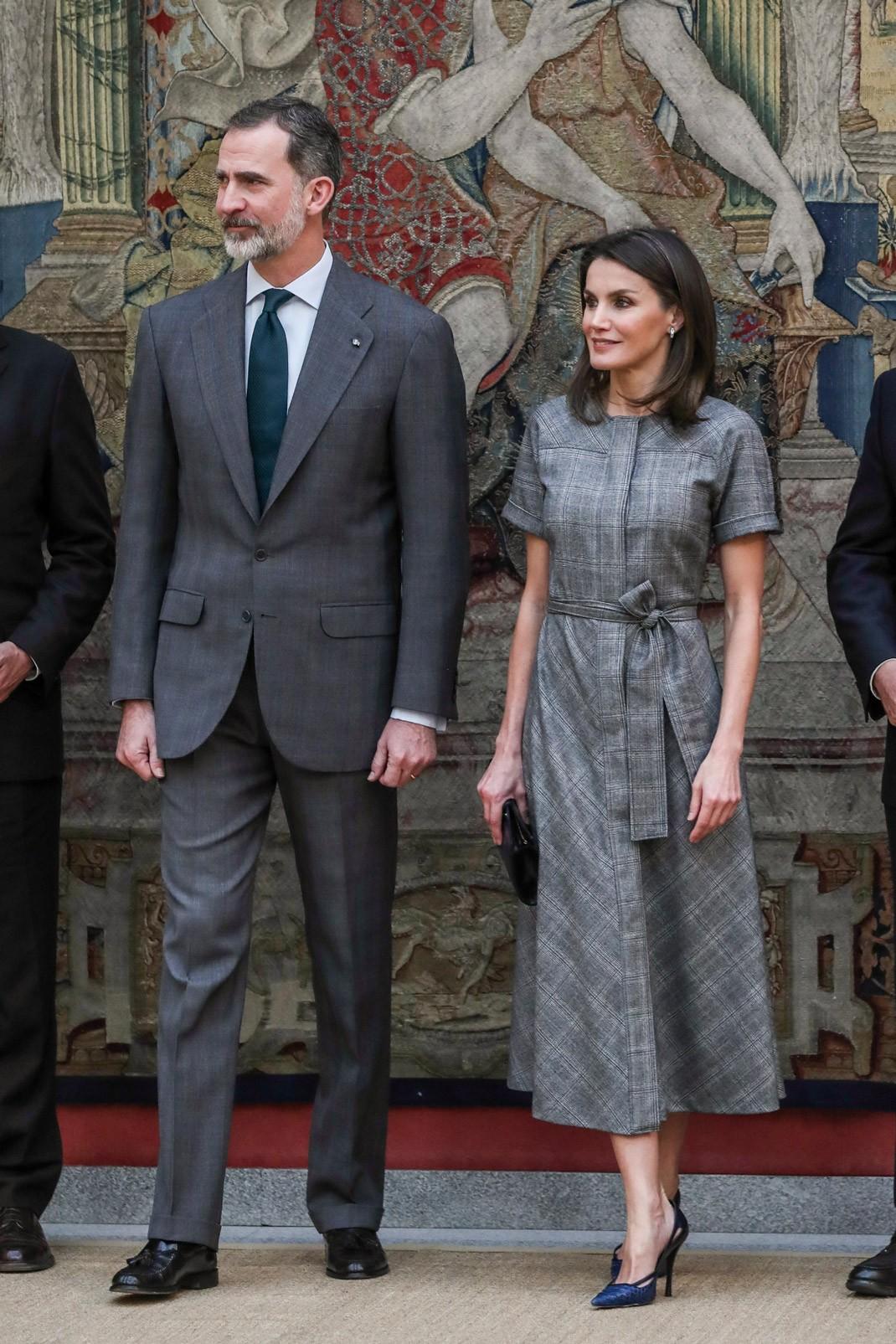 Y lo cierto es que esta mañana Letizia no ha tenido ganas de complicarse  mucho y ha calcado el look que llevó en diciembre. Mismos zapatos 9ff4640feba