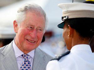 El príncipe Carlos, cabreado por 'cazarle' en bañador en playas del Caribe