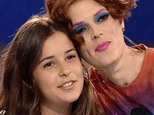 Emoción y mucha alegría en el debut musical de Dora Postigo, hija de Bimba Bosé