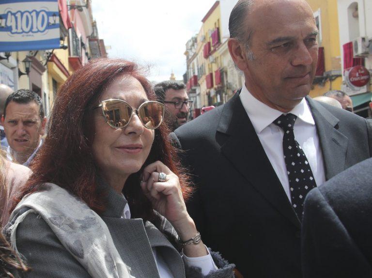Ana Rosa Quintana y su marido, Juan Muñoz, se entregan al fervor de la Semana Santa de Sevilla