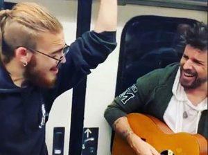 Pablo López canta en el metro de Madrid y causa furor