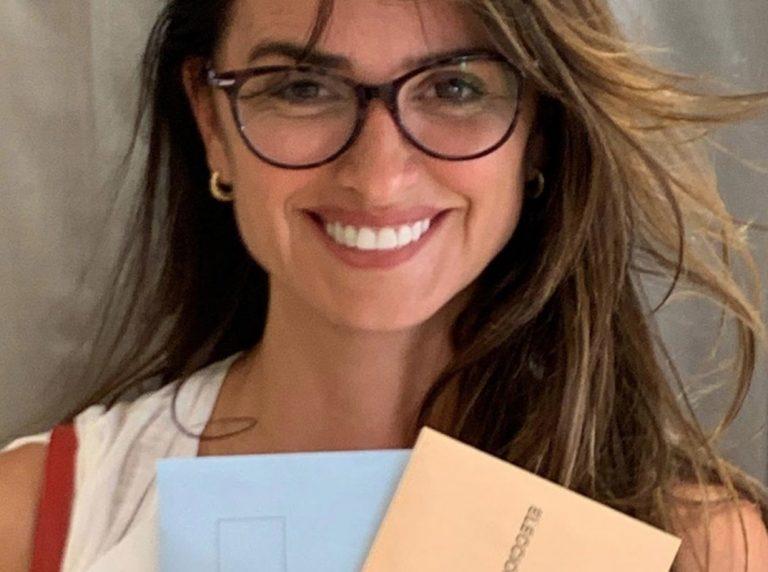 A cara lavada y con gafas: así sale a votar Penélope Cruz