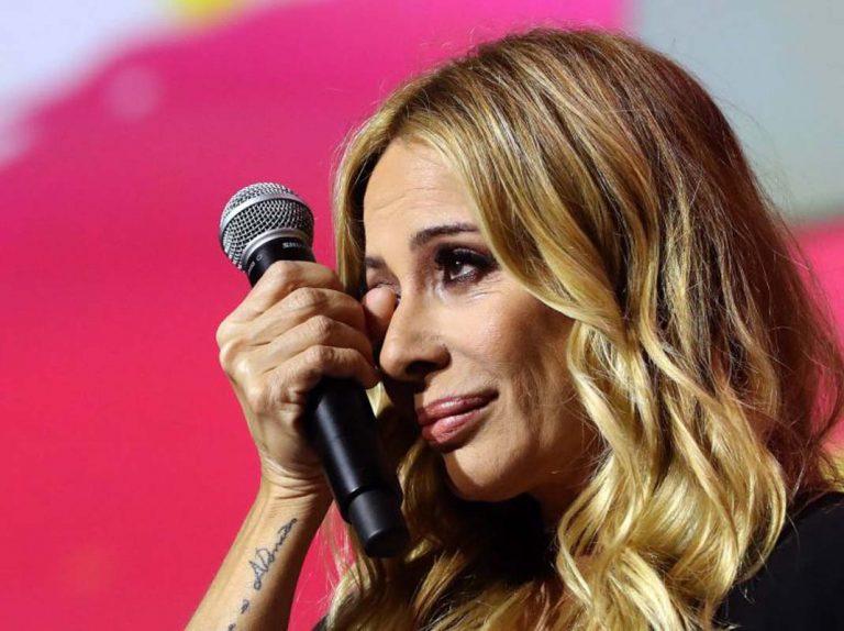 Marta Sánchez huye de una lluvia de huevos durante un concierto en Badalona