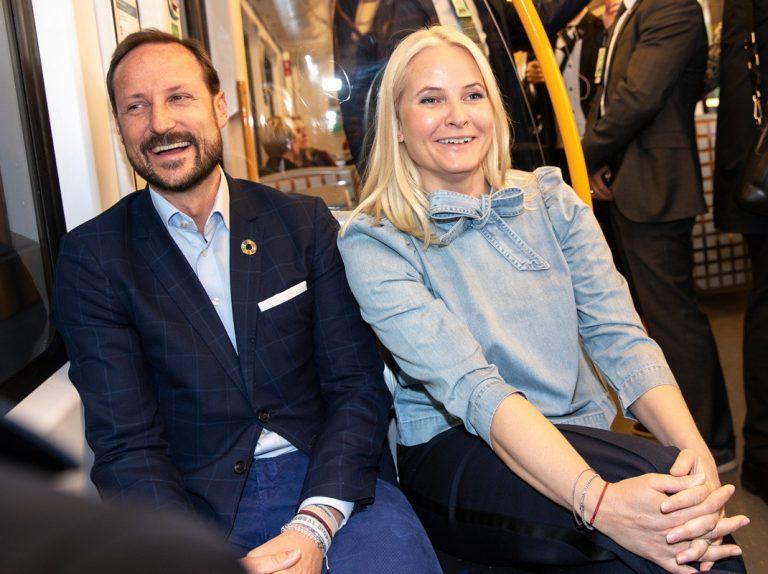 Nos vamos en metro con Haakon y Mette-Marit de Noruega