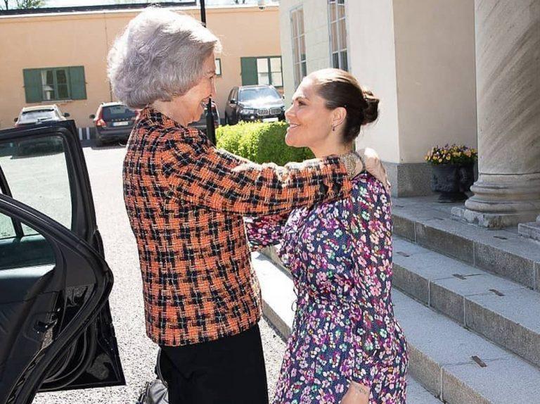 La Reina Sofía (todo un valor internacional), recibida con los brazos abiertos en Suecia