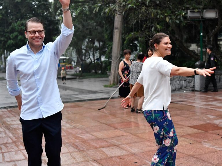 Las insólitas imágenes de Victoria de Suecia y su marido haciendo Tai Chi en Vietnam