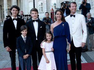 La belleza de Nicolás de Dinamarca eclipsa a su padre en su 50 cumpleaños