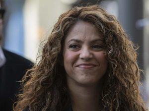 Shakira desafía a la justicia en su llegada al juicio, acusada de 6 delitos contra Hacienda