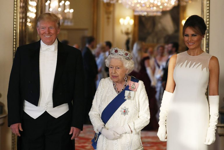 La reina Isabel de Inglaterra recibe a Donald Trump en su visita de estado más polémica