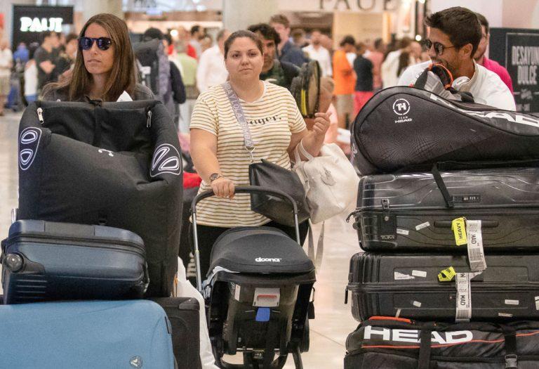 Ana Boyer y Fernando Verdasco terminan sus vacaciones entre una montaña de maletas y una nanny