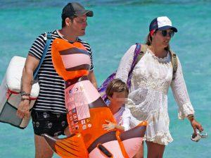Manu Tenorio, vacaciones en familia casi un año después de su accidente