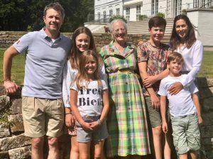 Federico y Mary de Dinamarca acogen a la reina Margarita en sus vacaciones