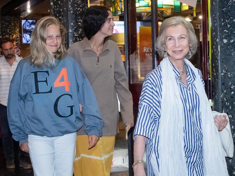 La Reina Sofía, noche de cine con sus nietas Victoria e Irene en Palma