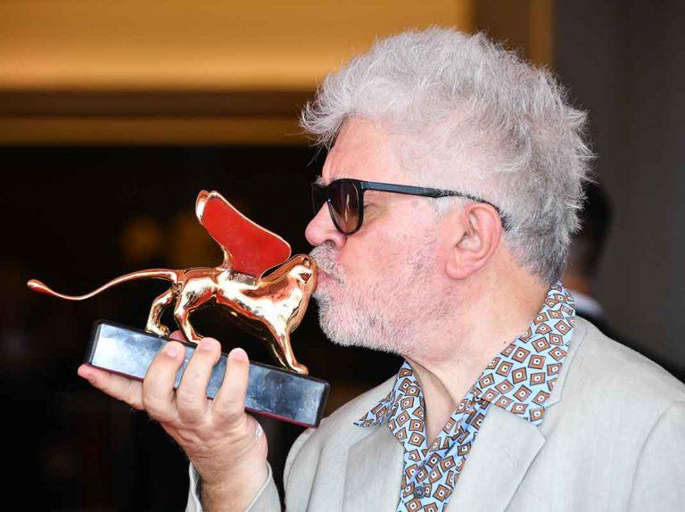 El camino hacia el Oscar de Pedro Almodovar ya ha comenzado: recibe el premio de honor en Venecia