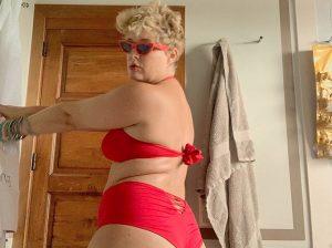Tania Llasera vuelve a presumir de cuerpo sin complejos en bikini