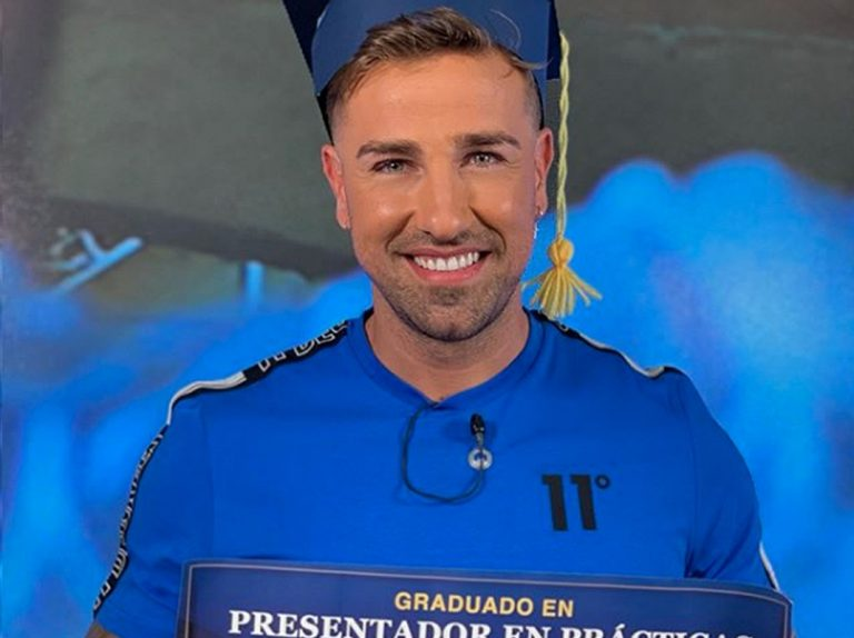 Rafa Mora muestra orgulloso su diploma tras graduarse como presentador