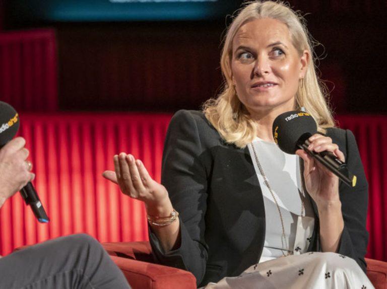 Mette Marit adelanta a la reina Letizia por la derecha y concede una entrevista en la radio