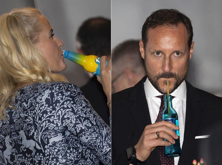 Con pajita y 'a morro', así beben Haakon de Noruega y Mette Marit en una fiesta