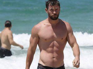 Chris Hemsworth saca músculo para vender el nuevo libro de Elsa Pataky