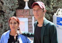 Camilo Michel Blanes con su madre Lourdes Ornelas por las calles de Torrelodones, Madrid.