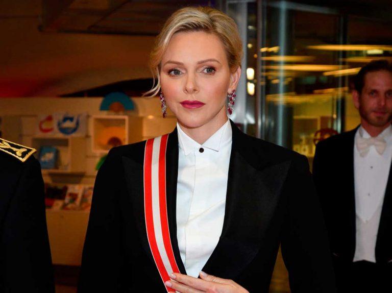 Charlène de Mónaco sorprende con rubíes y esmoquin masculino