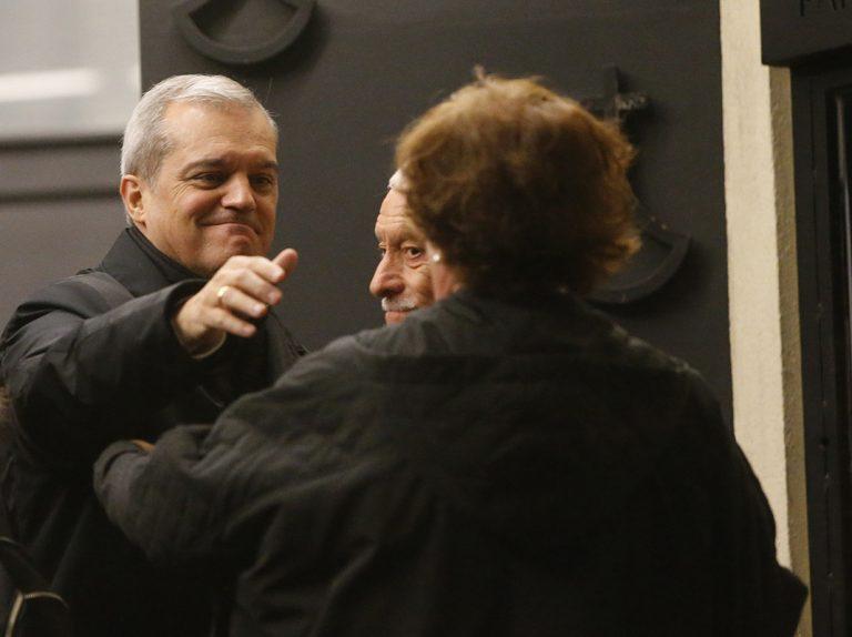 Ramón García, arropado por su mujer, da el último adiós a su padre