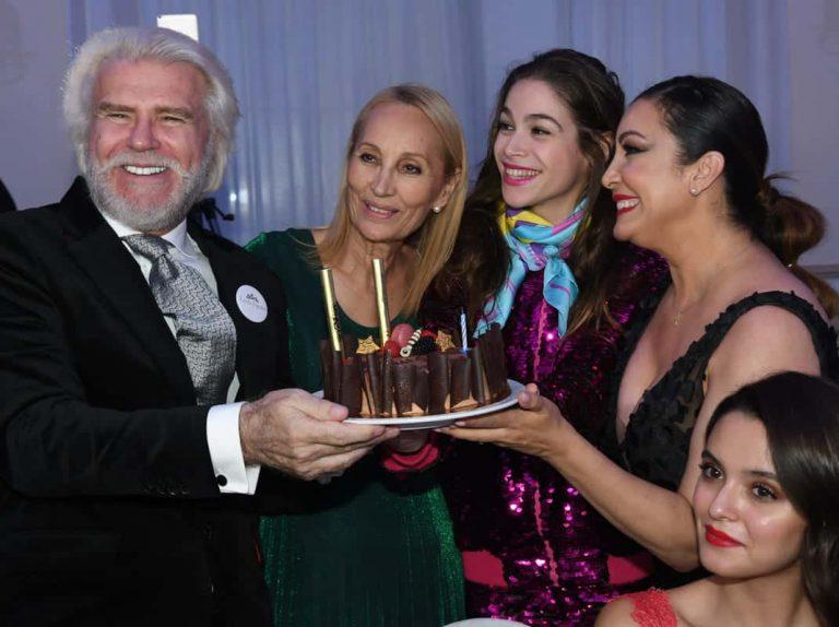 Bigote Arrocet, sorprendido con una espectacular tarta por su 70 cumpleaños