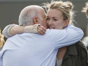 El abrazo entre Marta Ortega y su padre durante la sorpresa navideña de los trabajadores de Inditex