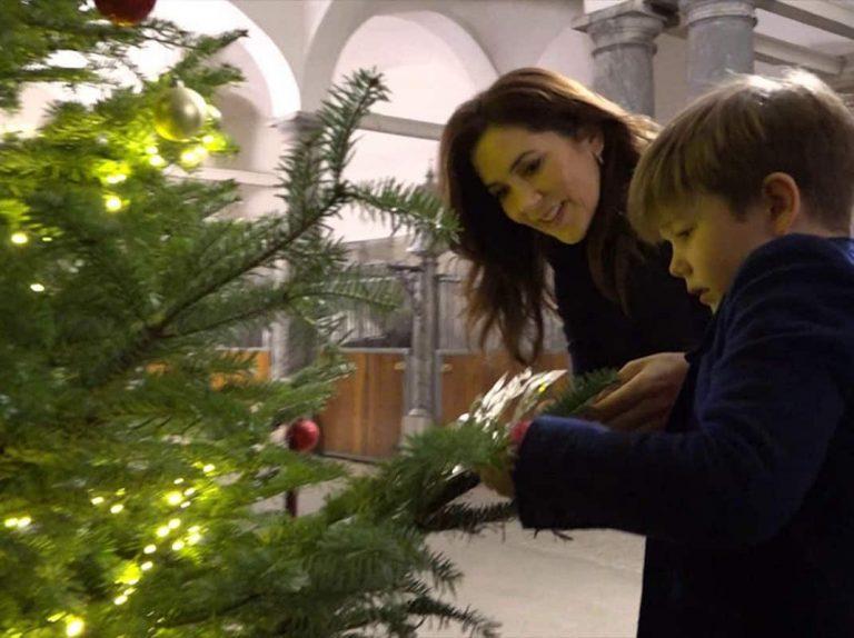 La familia real danesa decora el palacio por Navidad